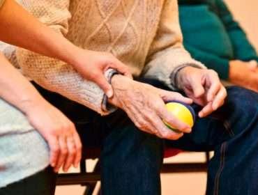 Fachkräftemangel in Deutschland - Gute Pflege braucht Zeit und Zuwendung 12